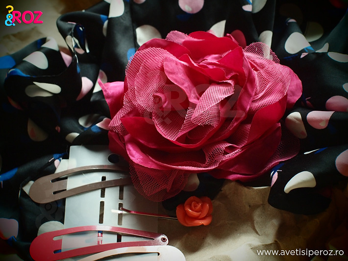 brosa-trandafir-si-esarfa-cu-buline