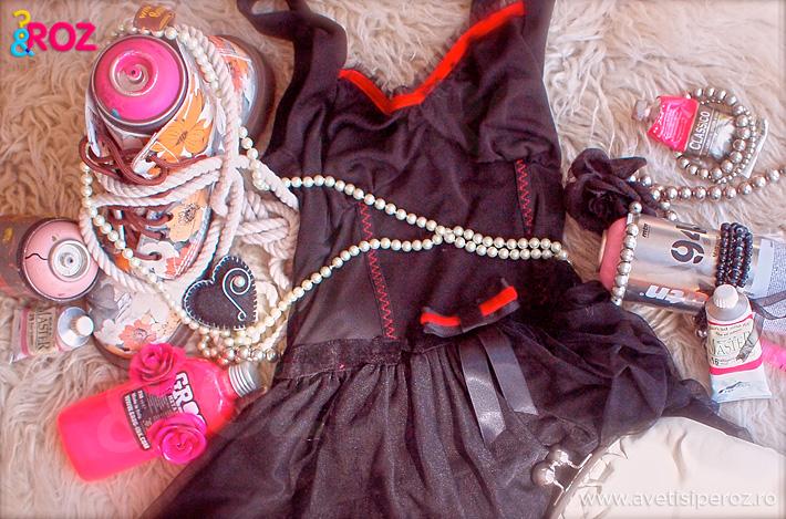 detaliu-rochie-neagra-si-perle.