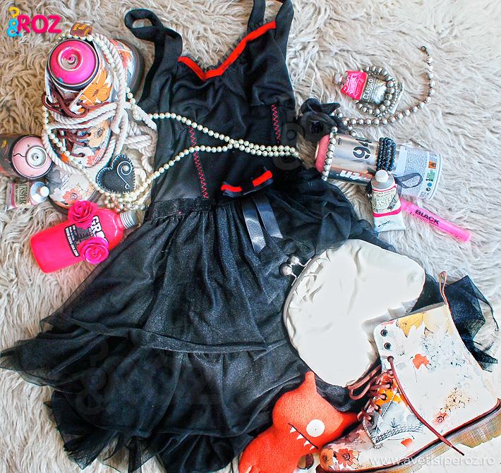 rochie-neagra-voal-perle-si-tuburi-de-vopsea-roz