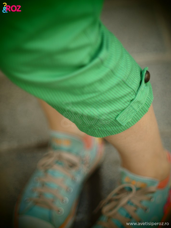 detaliu pantaloni verzi cu dungi