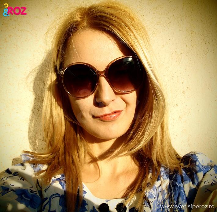 fata-blonda-cu-ochelari-soare