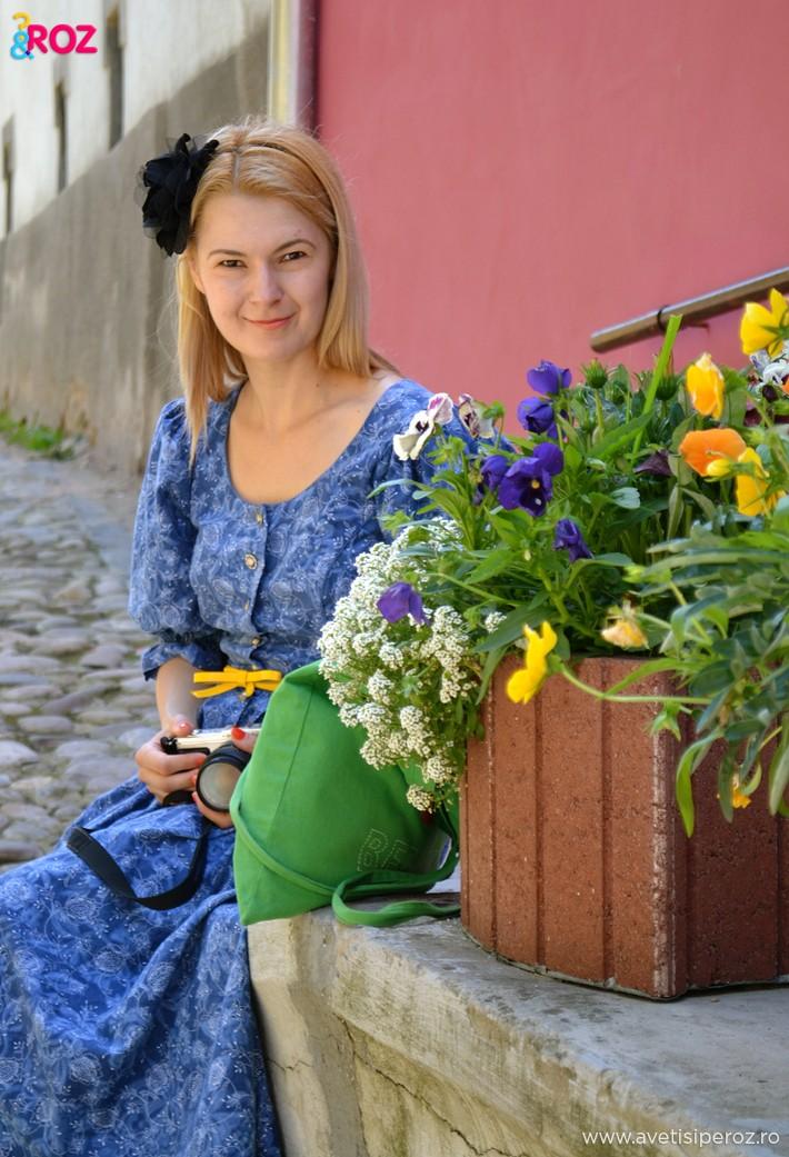 fata blonda cu rochie vintage sighisoara