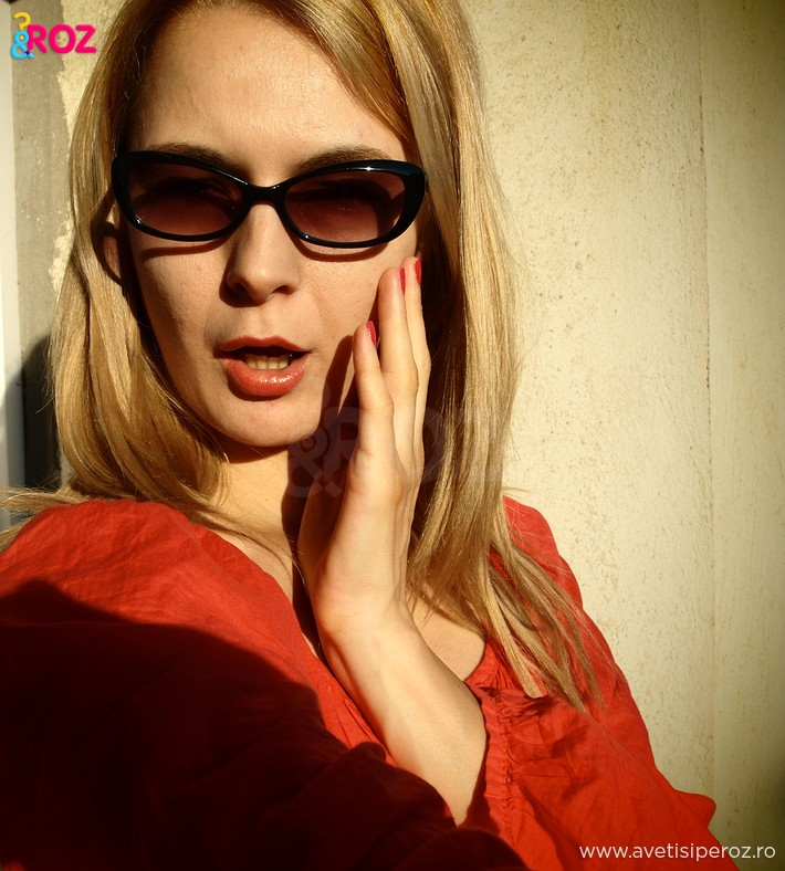 fata-cu-ochelari-de-soare