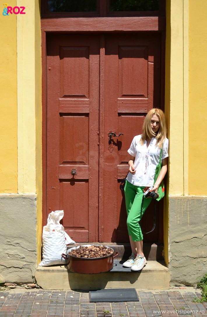 fata cu pantaloni verzi sighisoara