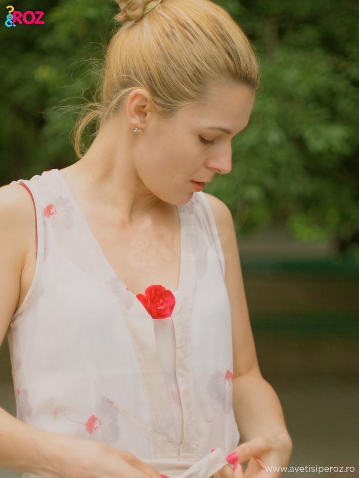 fata-cu-rochie-cu-flori