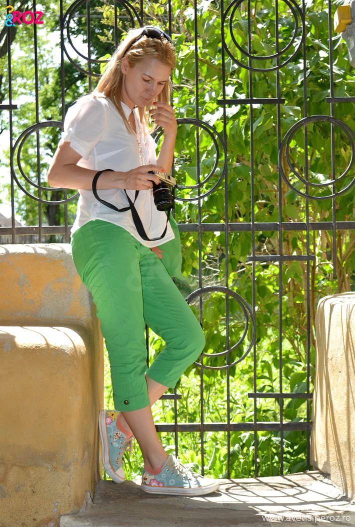 fata in camasa alba si pantaloni verzi