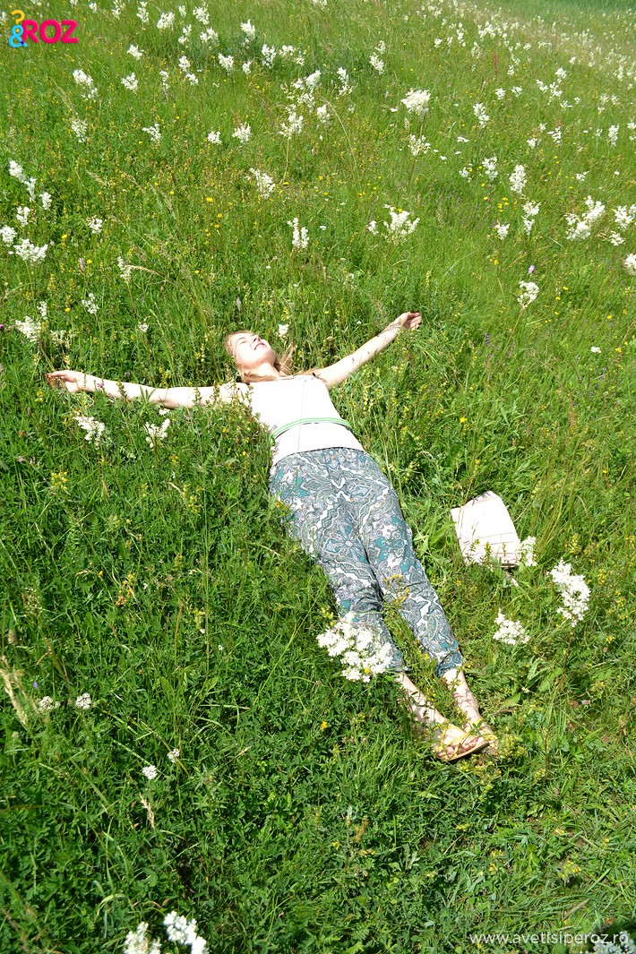 fata in iarba sesiune foto