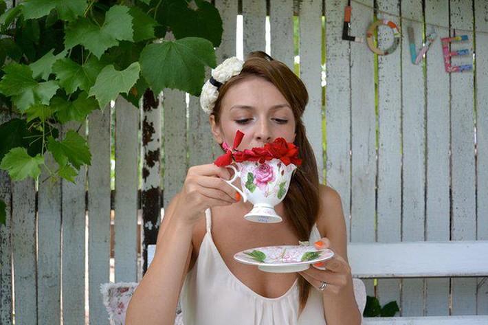 fata si ceasca de ceai cu trandafiri