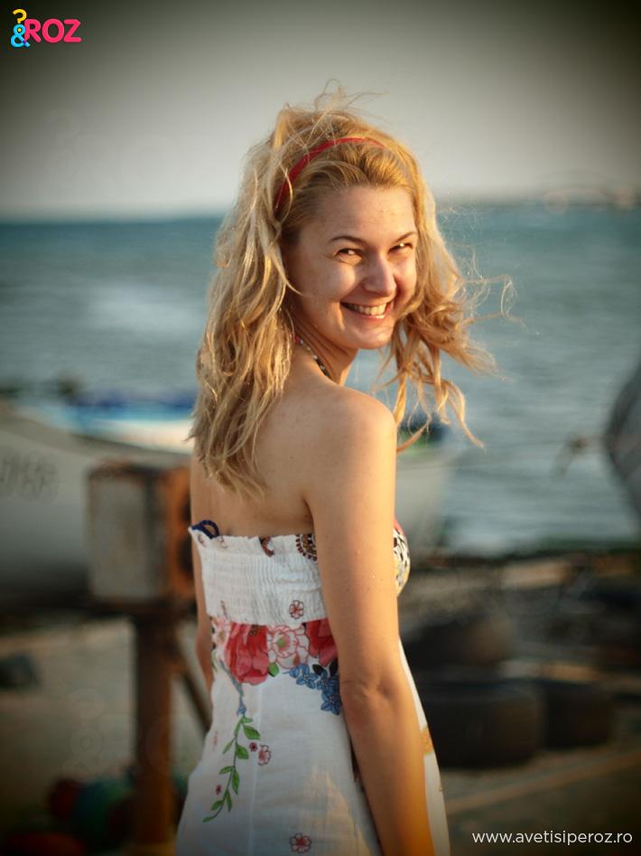 fata-blonda-in-rochie-alba