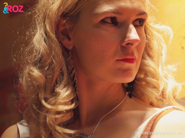 fata-blonda-si-accesorii.