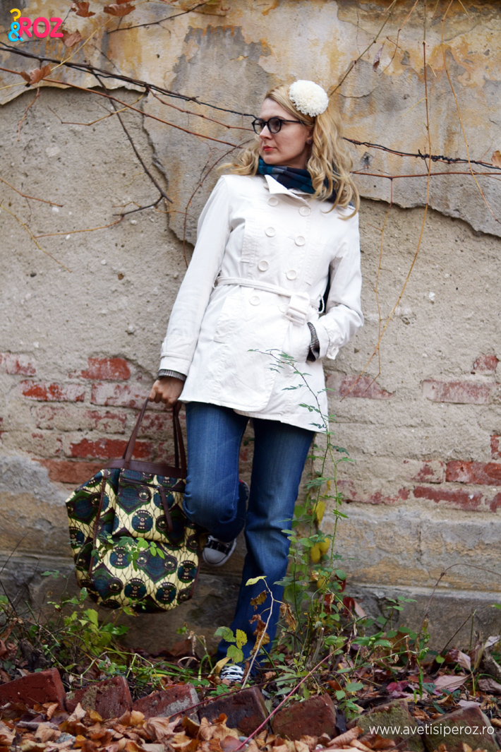 trenci alb, jeansi si geanta marni