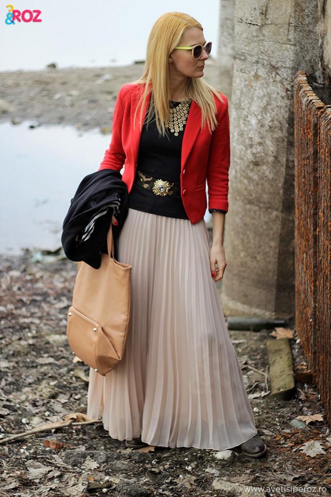 sacou rosu si fusta lunga plisata