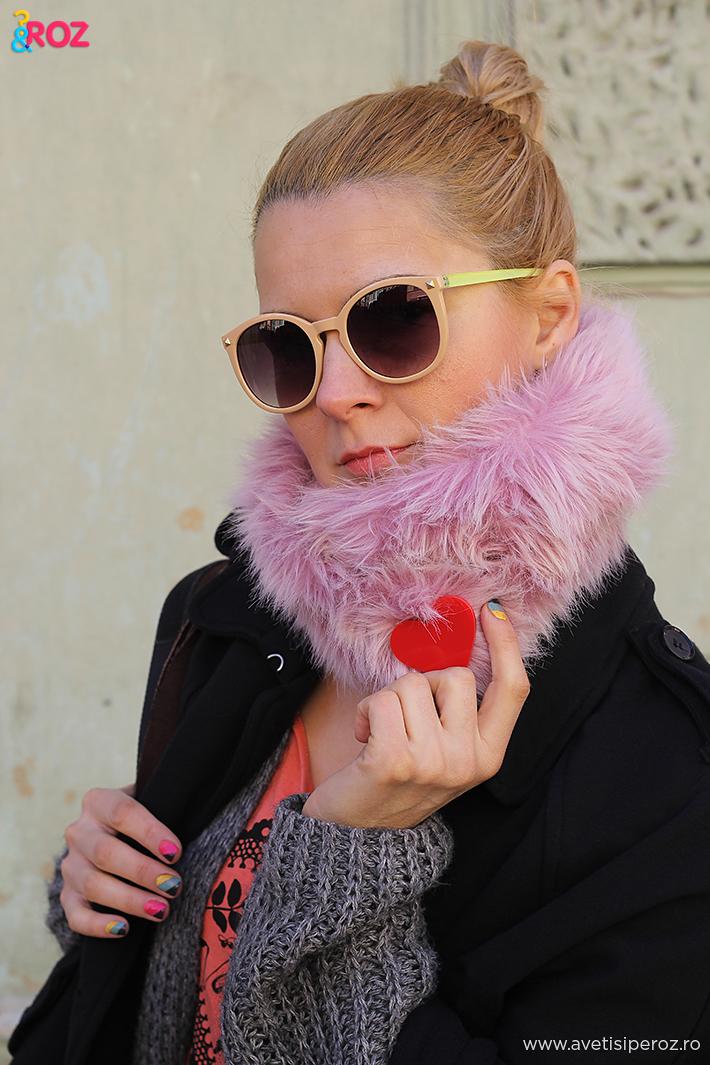 fata blonda si guler de blana roz
