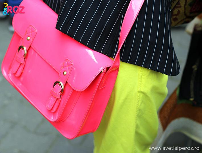 geanta roz si pantaloni galbeni