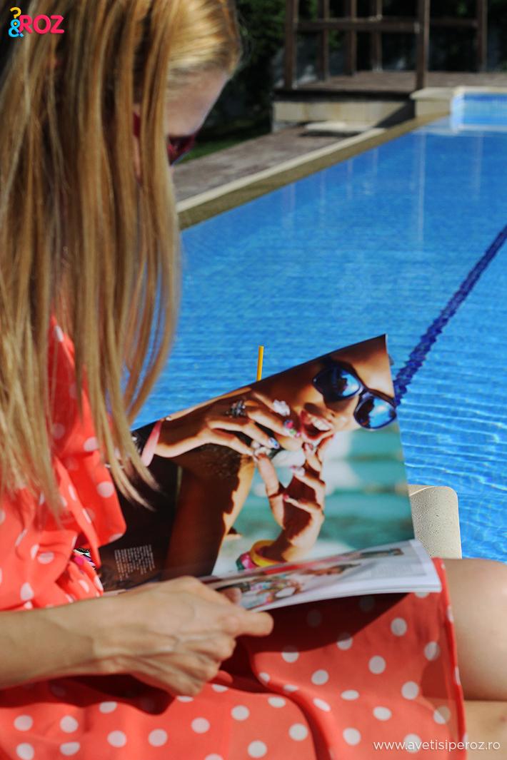 fata in rochie cu buline la piscina