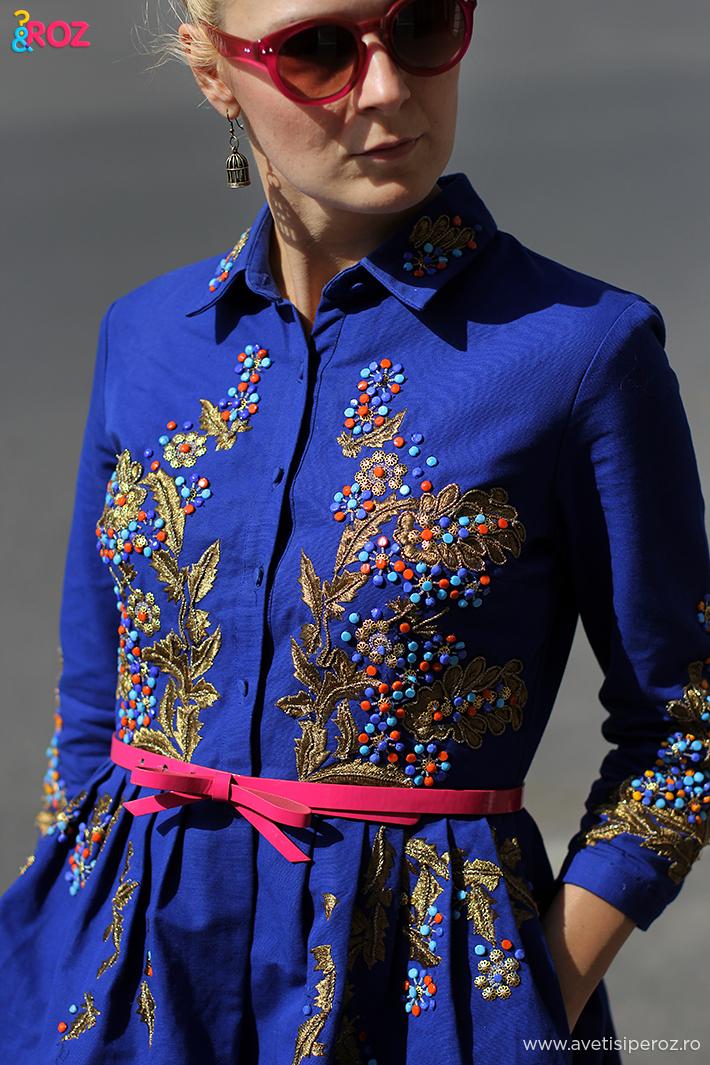 rochie albastra, ochelari hm si curea roz