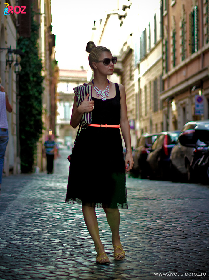 rochie neagra si colier plastic