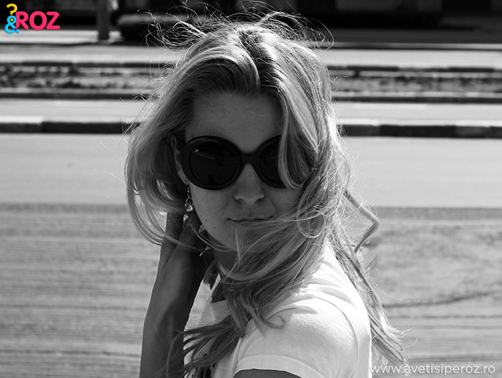 blonda cu ochelari de soare mari