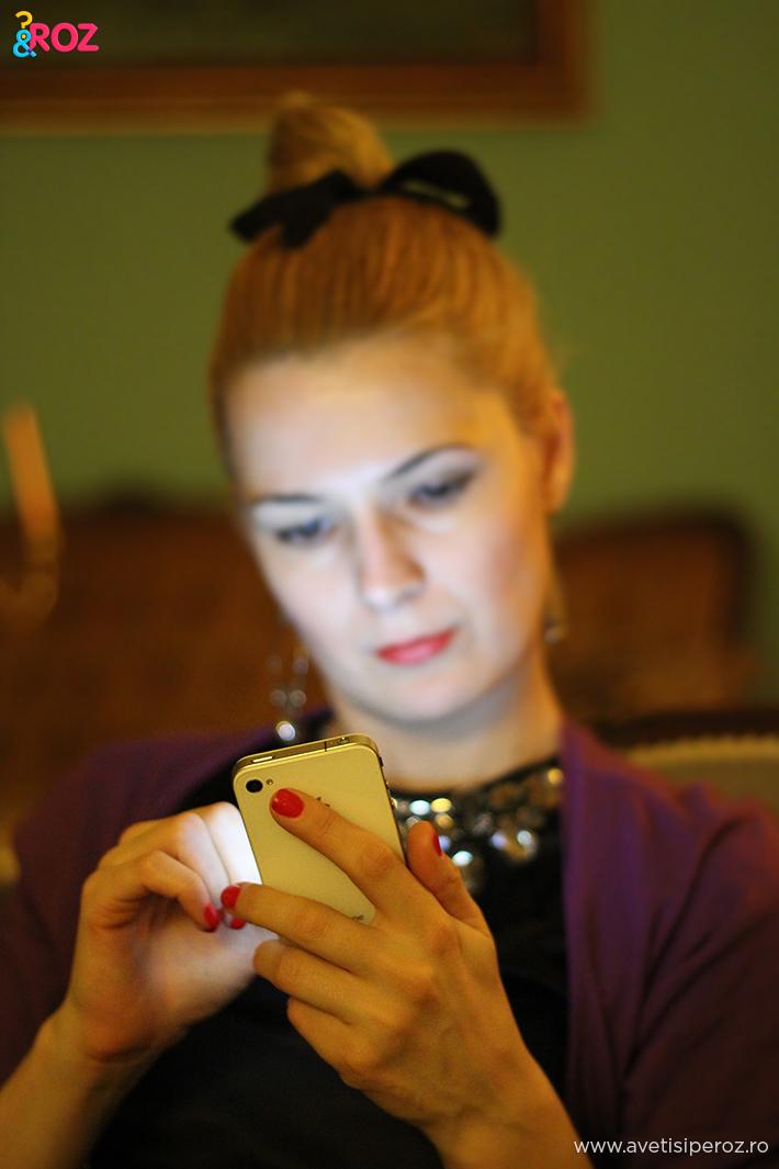 fata cu iphone