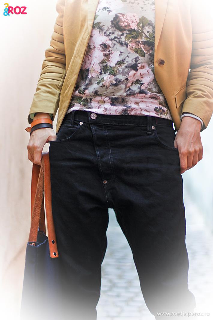 jeansi negri si top cu flori