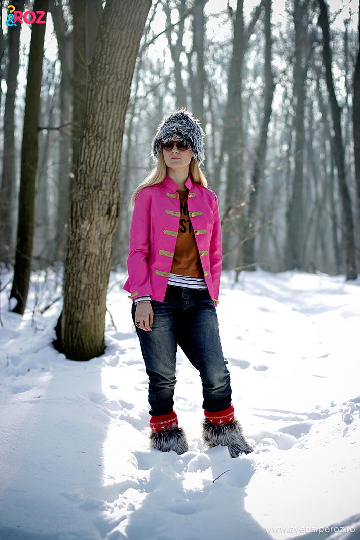 tinuta de iarna cu sacou roz si cizme blana