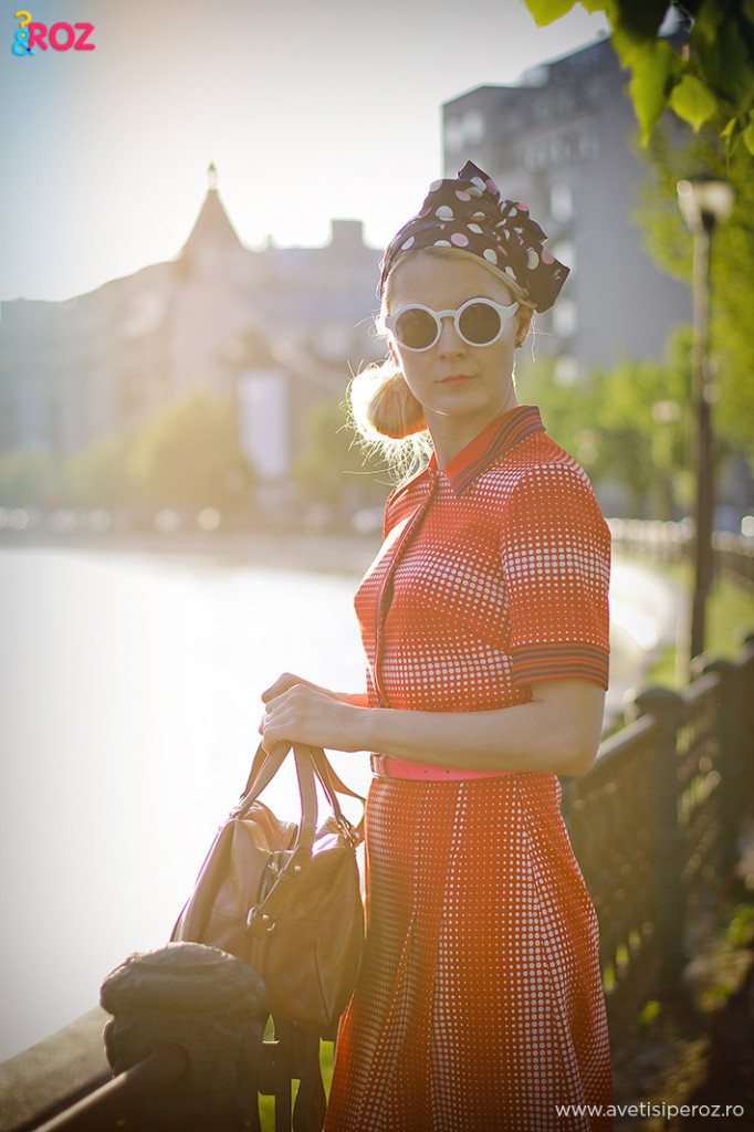 fashion blogger in tinuta retro casual