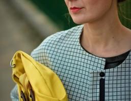 fashion blogger cu geanta galbena vintage