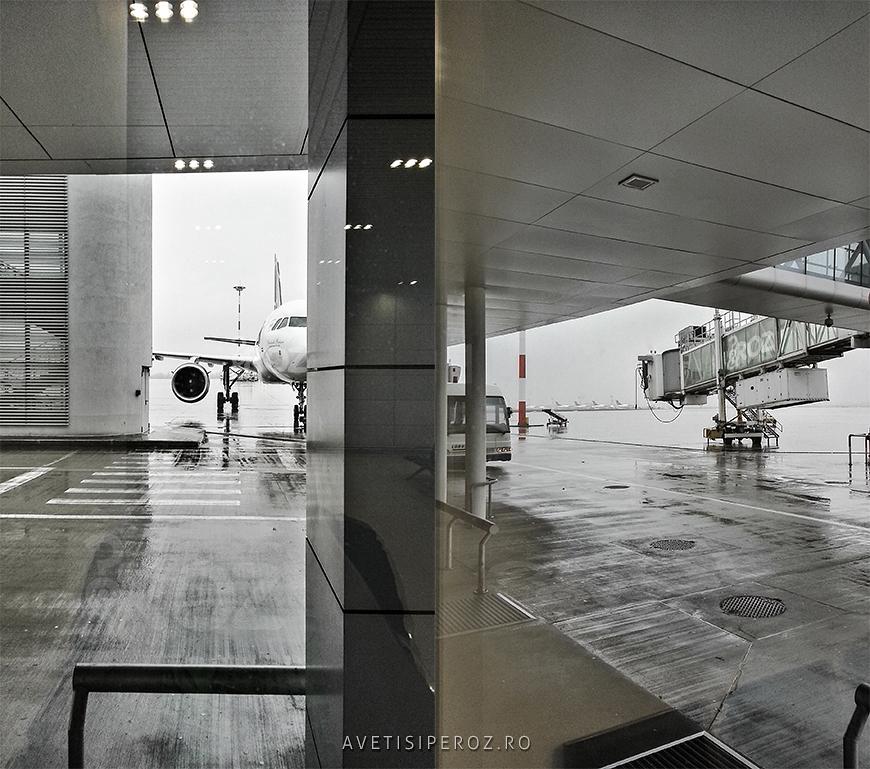 avion pe pista in aeroport