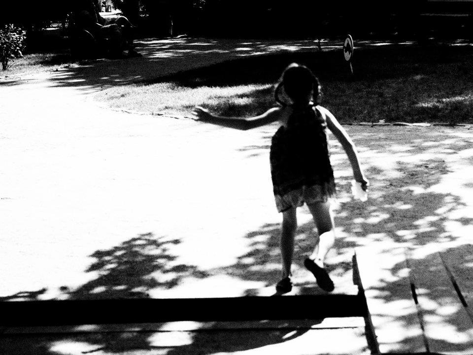 fetita in parc