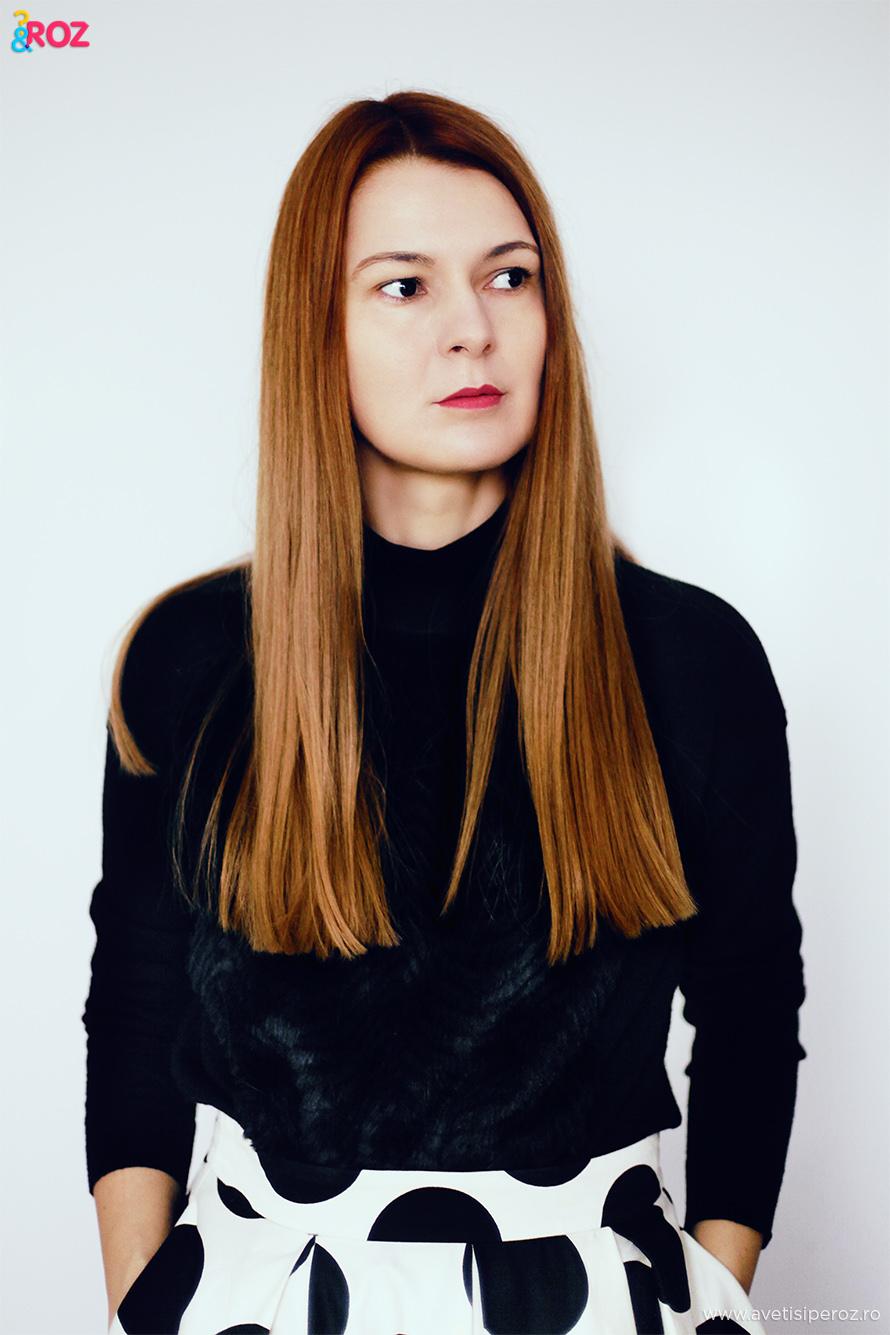 pulovar negru si fusta cu buline