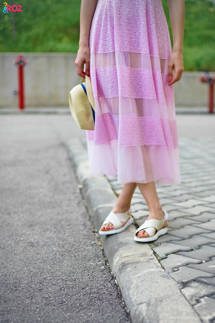 sandale albe si rochie roz