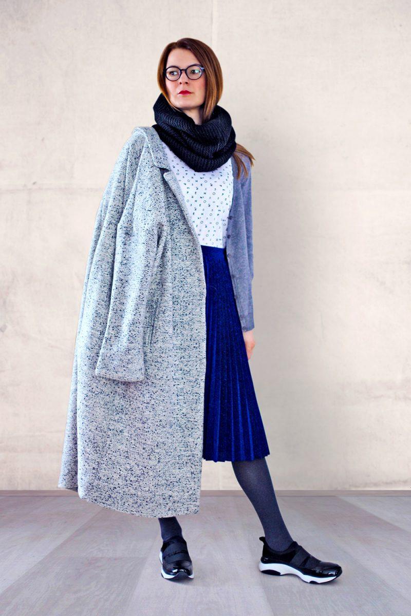palton gri si fusta plisata