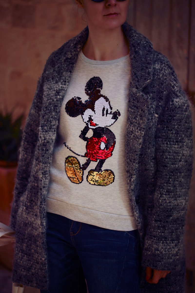 palton gri si bluza cu paiete