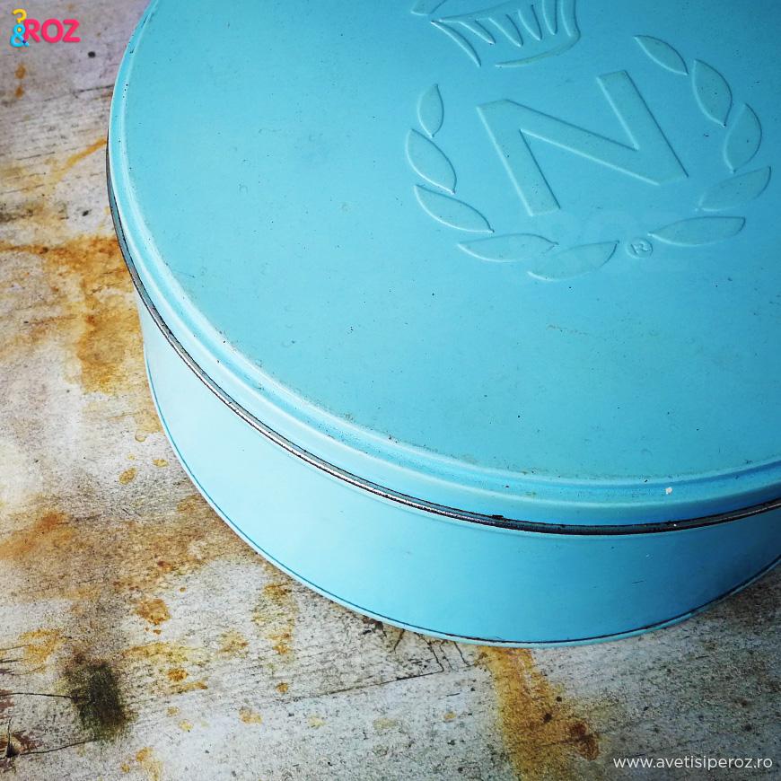 cutie albastra