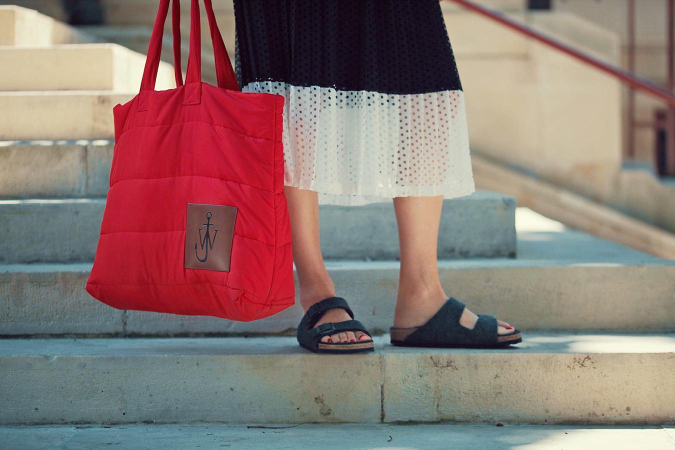 fusta sandro, sandale birkenstock si geanta de fas uniqlo x j.w. anderson