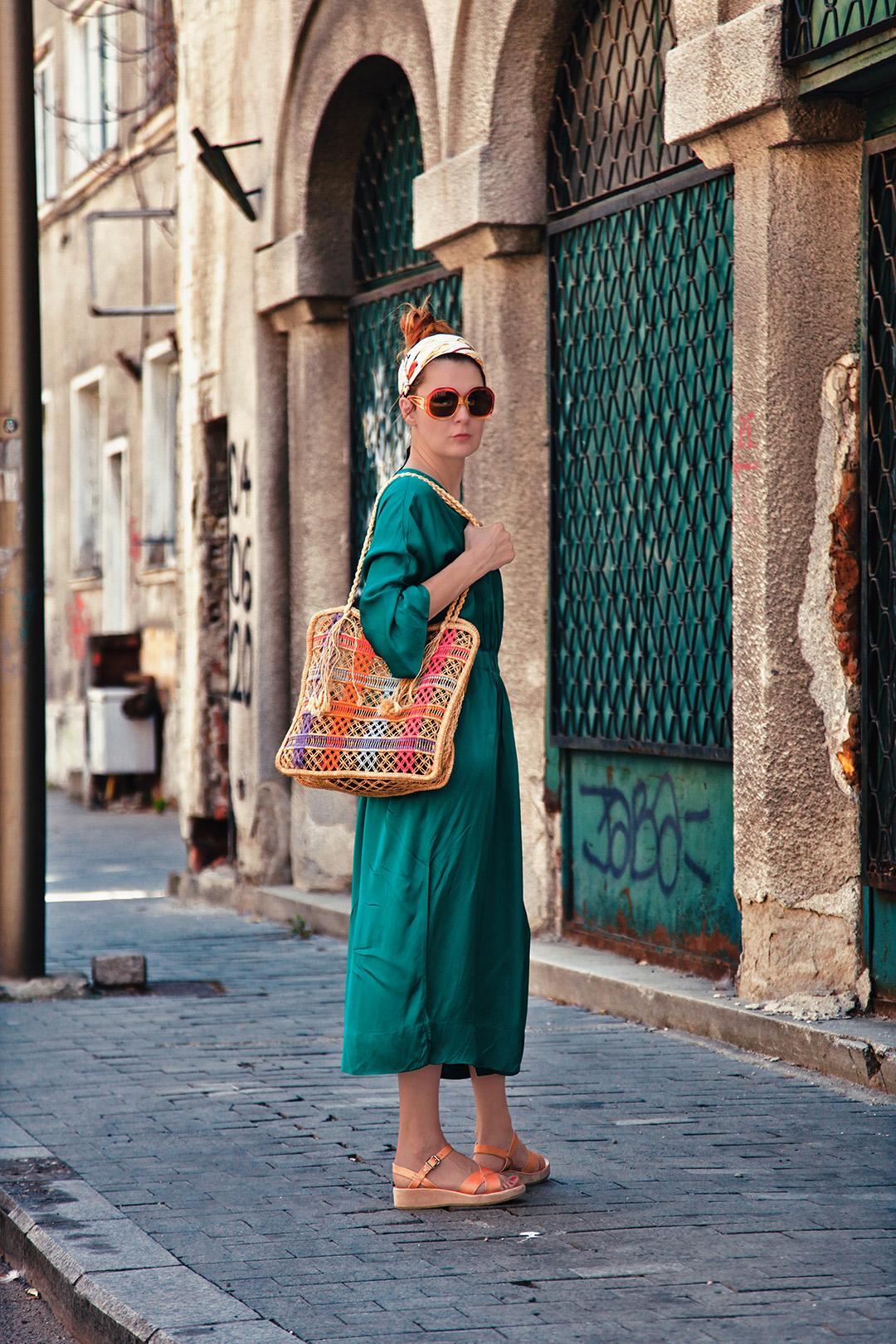 tinuta cu rochie verde si sacosa retro