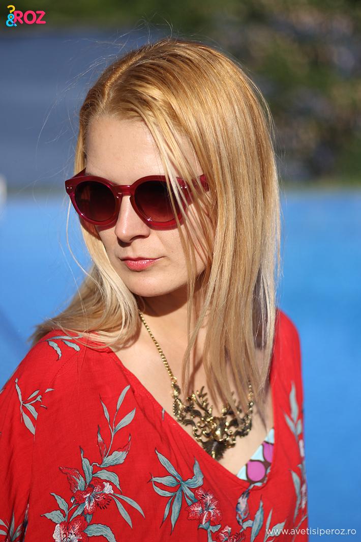 fata blonda cu bluza rosie