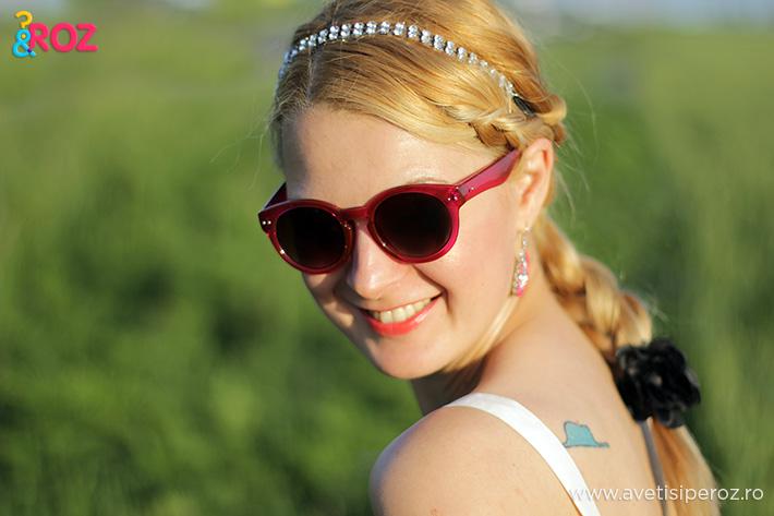 fata blonda cu ochelari roz