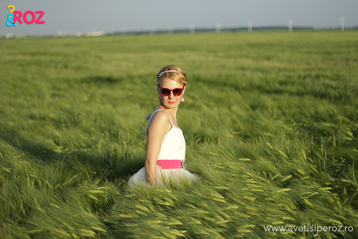 fata blonda cu rochie h&m in camp