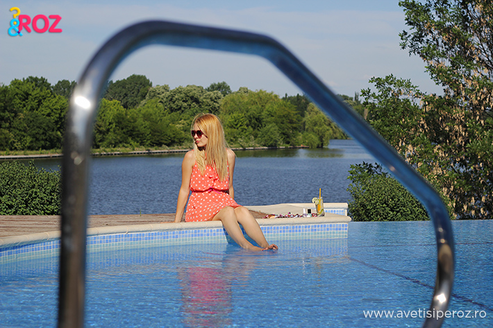 la piscina in rochie cu buline