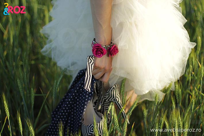 rochie alba cu voal si bratara cu flori
