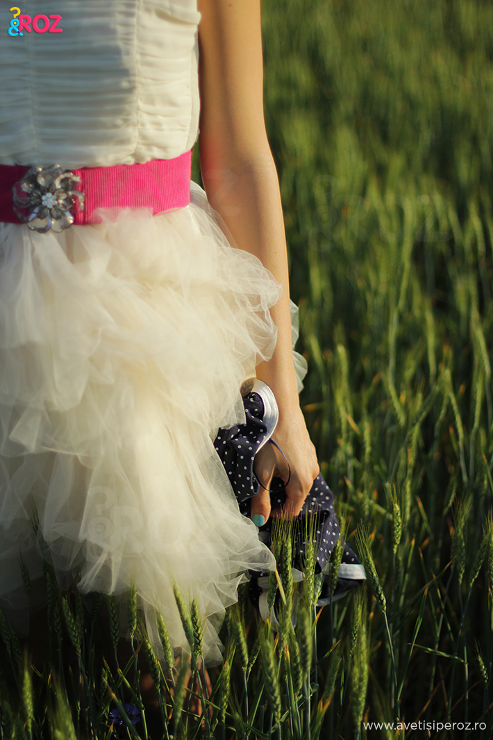 rochie alba cu voal si curea roz
