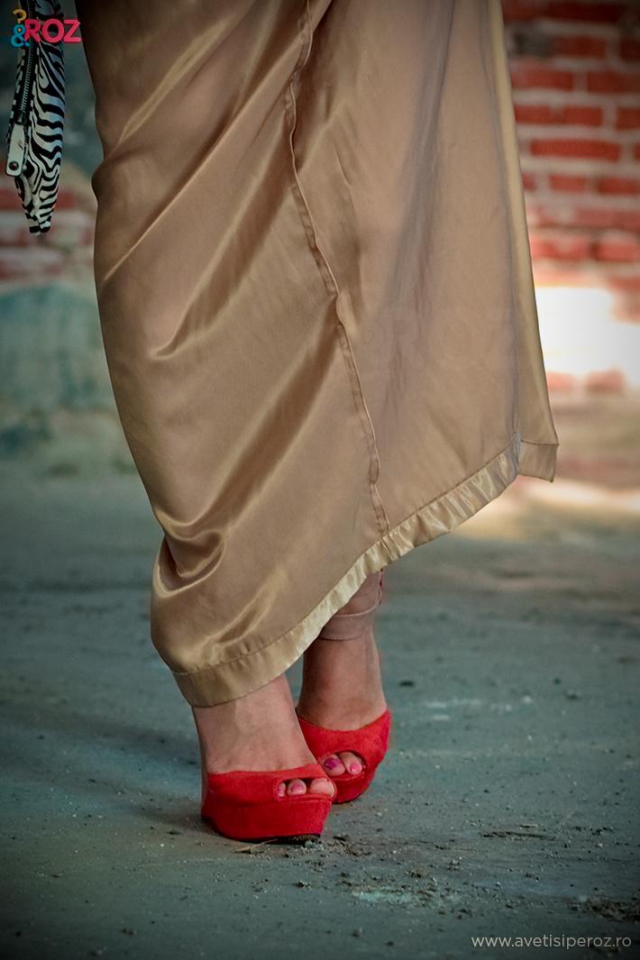 pantofi portocalii si rochie gold