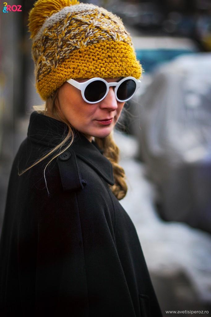 ochelari de soare albi si fes galben