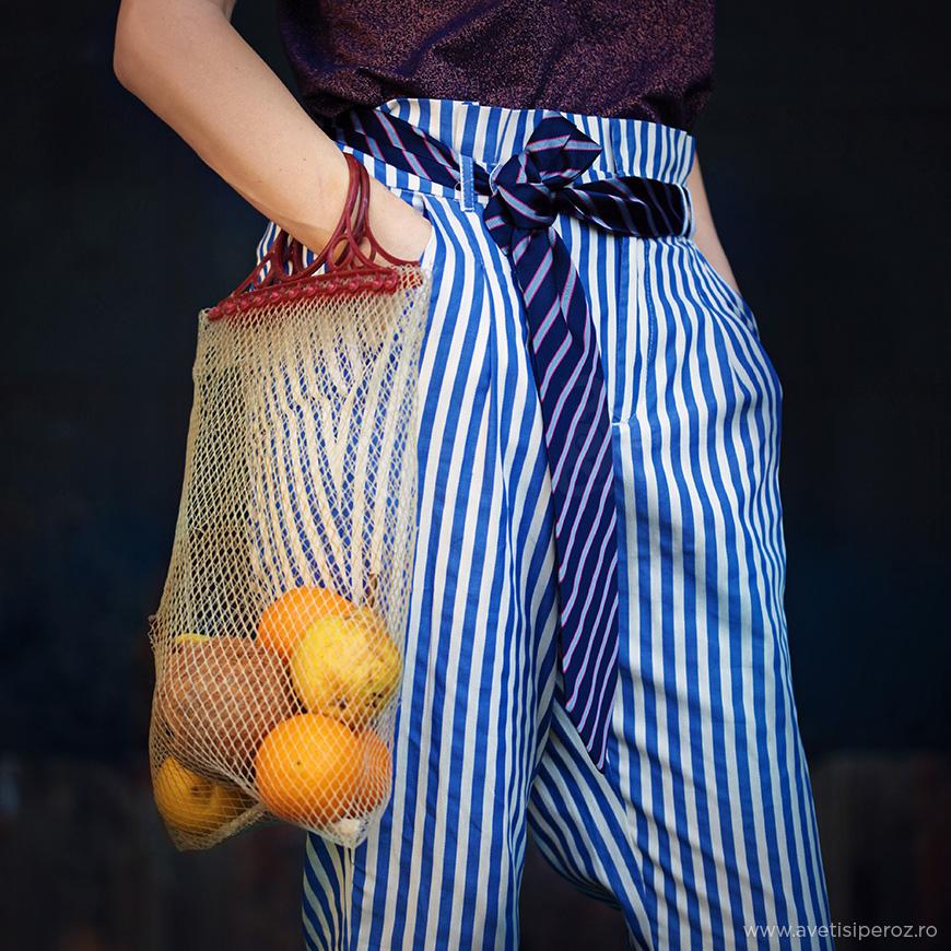 sacosa veche de plasa si pantaloni cu dungi