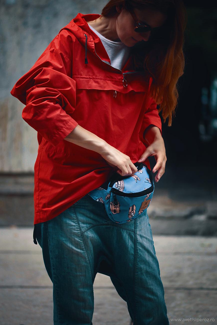 hanorac rosu si jeansi