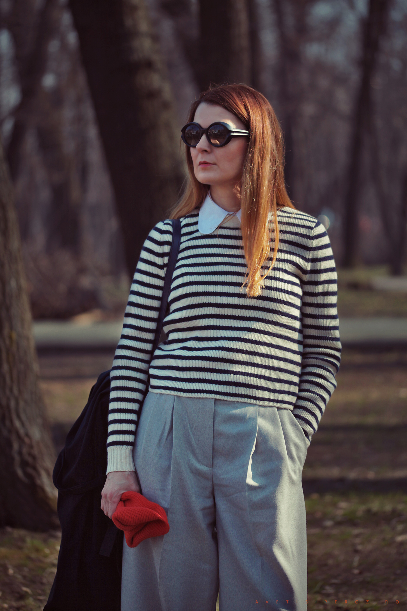 pulover in dungi si pantaloni gri