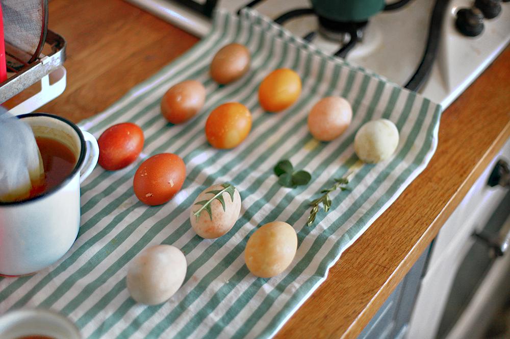 oua de paste vopsite cu vopsea naturala
