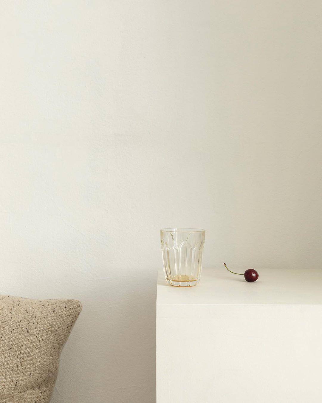 foto minimalista cu cirese